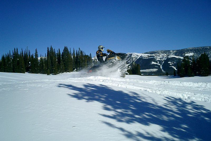 5774-800px-Snowmobile_Jumping
