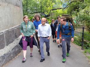 Vidar Helgesen, Gøril Huse og Aleksander Gamme fulgte Eventyreren det første stykket på veien. Foto: Synne Kvam